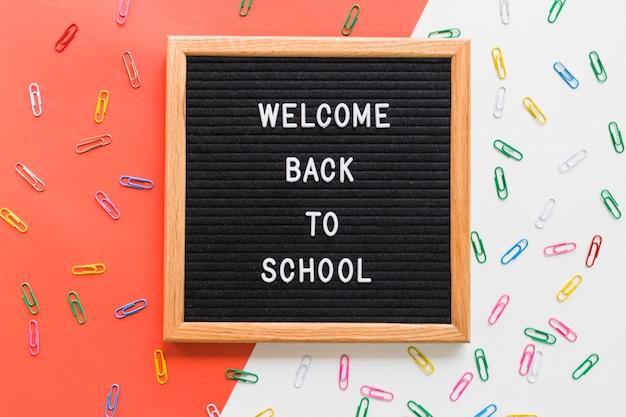 Bem-vindo de volta à escola rotulação a bordo com clipes