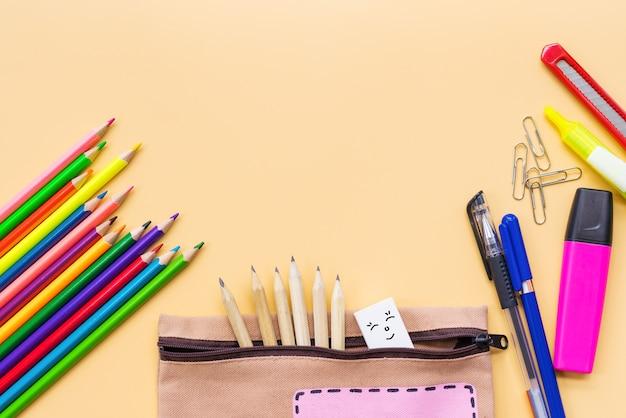 Bem-vindo de volta ao lápis de cor da escola e saco de papelaria