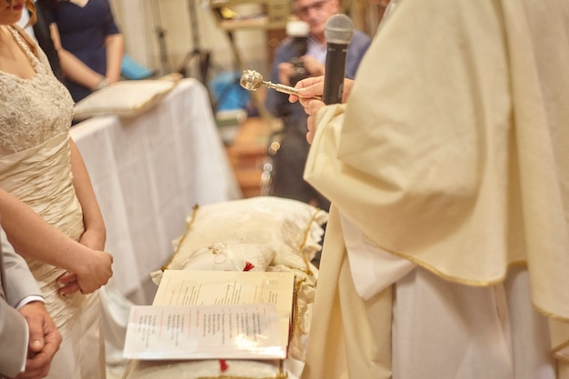 Bênção das alianças durante a celebração de um casamento cristão