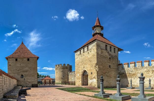 Bender, moldávia 06.09.2021. muralhas e torres da fortaleza tighina em bender, transnístria ou moldávia, em um dia ensolarado de verão