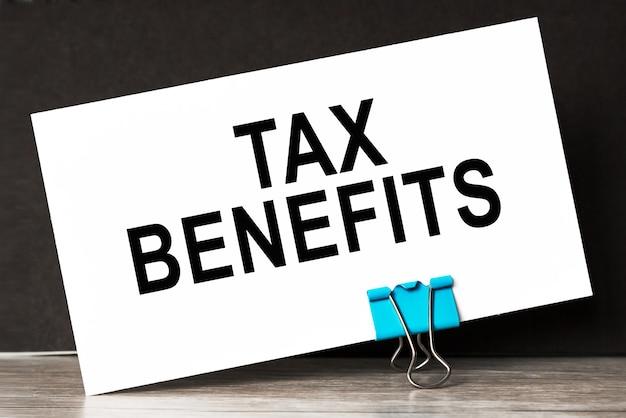 Benefícios fiscais, acessórios de escritório em cima da mesa. negócios, seguros.