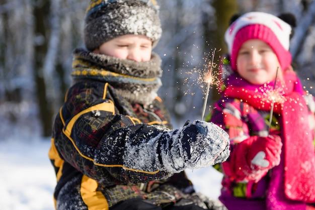 Bengalas nas mãos das crianças no inverno