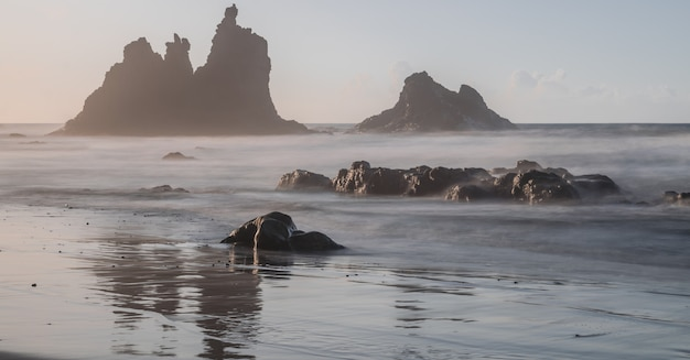 Benijo praia com luz do sol, fotografia de longa exposição, parque natural de anaga, tenerife, ilhas canárias, espanha