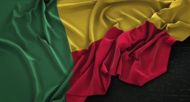 Benin flag enrugada no fundo escuro 3d render