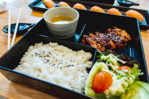 Bento conjunto de frango teriyaki no restaurante japonês.