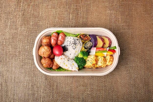 Bento coreano em uma caixa de papelão