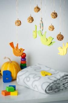 Berço do bebê móvel e brinquedos para crianças