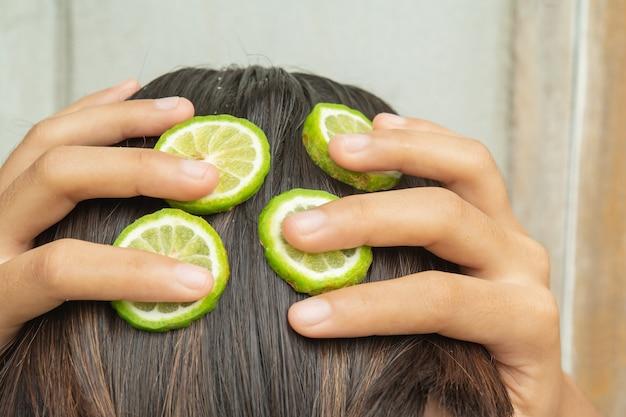 Bergamota e tratamento de cabelo e couro cabeludo que estão coçando e caindo