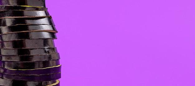 Beringela orgânica de close-up com espaço de cópia