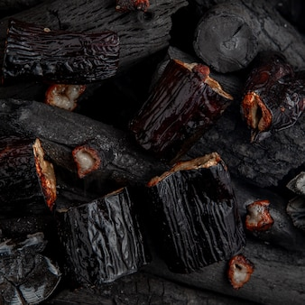 Beringelas assadas no carvão.