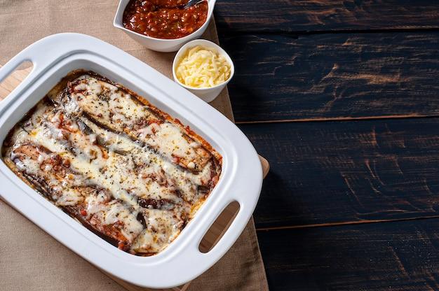 Berinjela à parmegiana com queijo e molho de tomate. vista do topo. copie o espaço