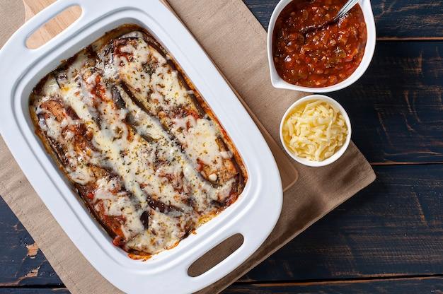Berinjela à parmegiana com queijo e molho de tomate. vista do topo