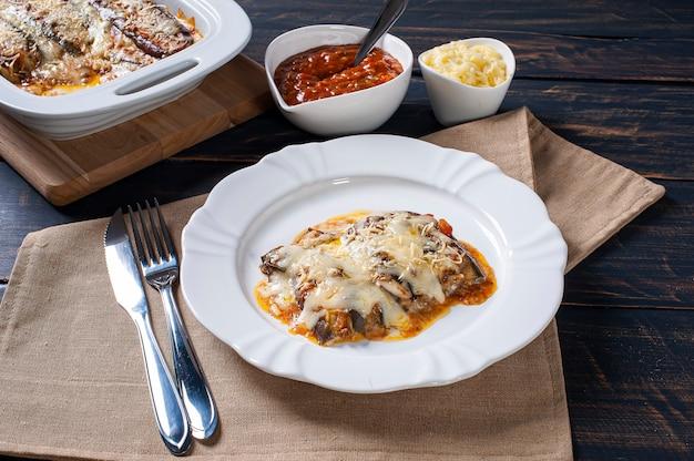 Berinjela à parmegiana com queijo e molho de tomate.
