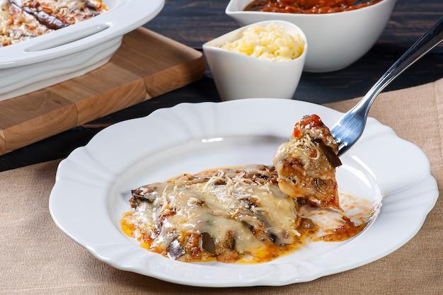 Berinjela à parmegiana com queijo e molho de tomate
