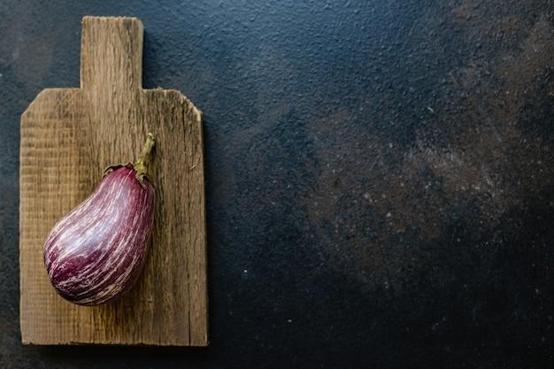 Berinjela com legumes frescos na mesa
