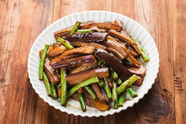 Berinjela, feijão frito, comida chinesa