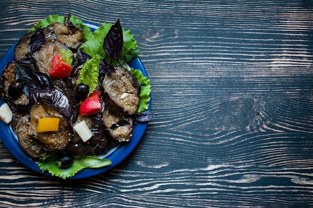 Berinjela frita com salada fresca e especiarias