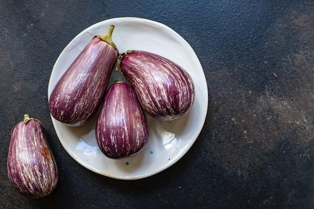 Berinjela legumes frescos na mesa servindo