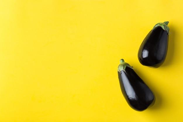 Berinjela ou berinjela no conceito de alimentação saudável de fundo amarelo