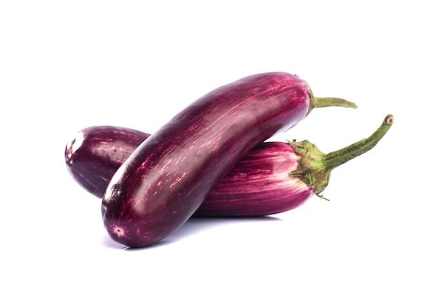 Berinjela ou berinjela ou vegetal de berinjela isolado em um fundo branco