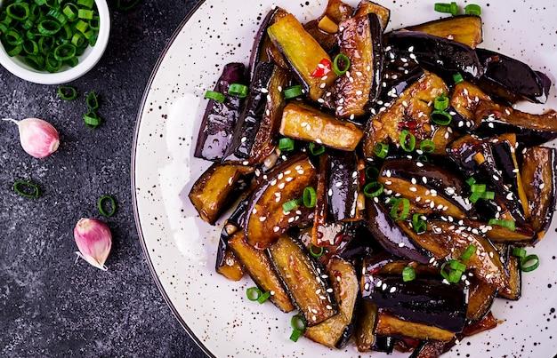Berinjela picante ensopado quente em estilo coreano com cebola verde