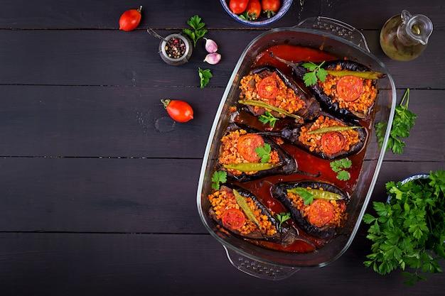 Berinjelas recheadas turcas com carne moída e legumes assados com molho de tomate