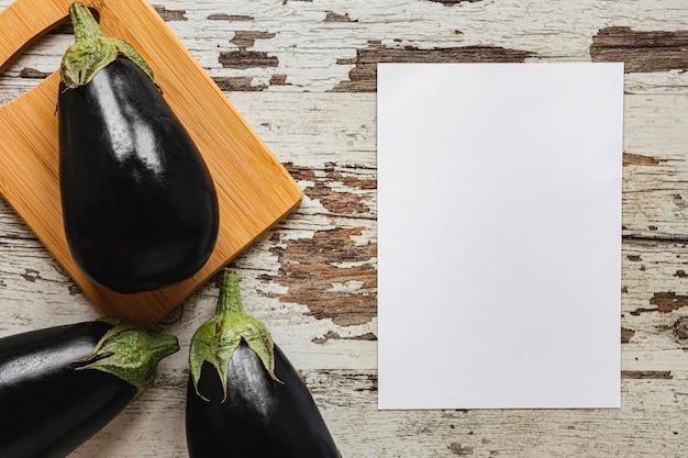 Berinjelas, salada natural saudável, vegetais, cópia espaço