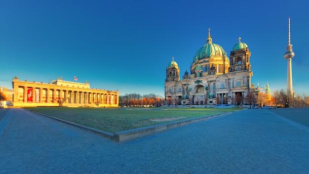 Berlim com altes museum lustgarten vista da catedral e da torre de tv