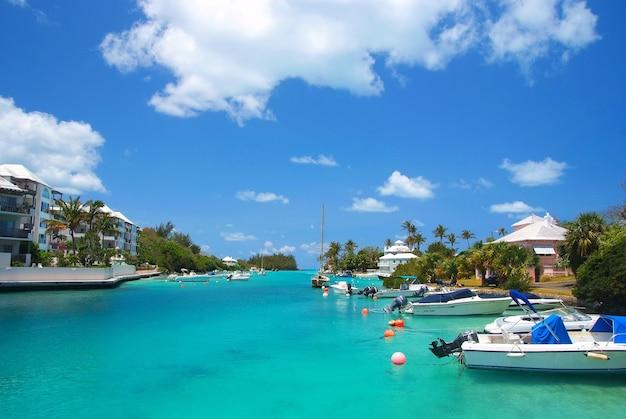 Bermudas, território britânico ultramarino - 26 de novembro de 2008: baía tropical ou praia portuária do mar turquesa com iates modernos navios de barcos em ancoradouro em dia ensolarado no céu azul