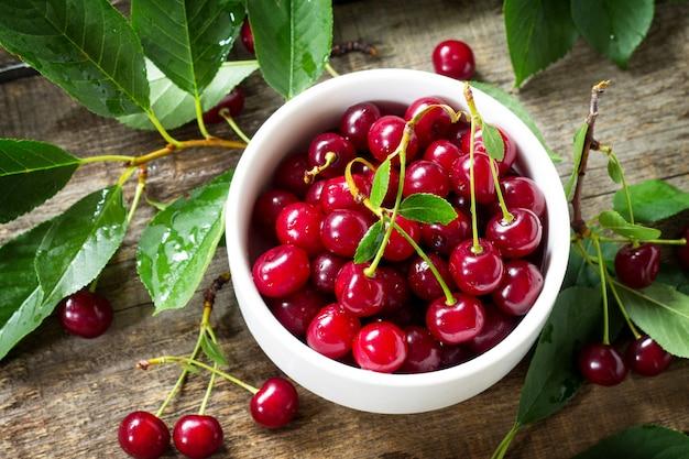 Berry cherry em uma mesa de madeira rústica desintoxicação natural fruta sobremesa dieta saudável conceito