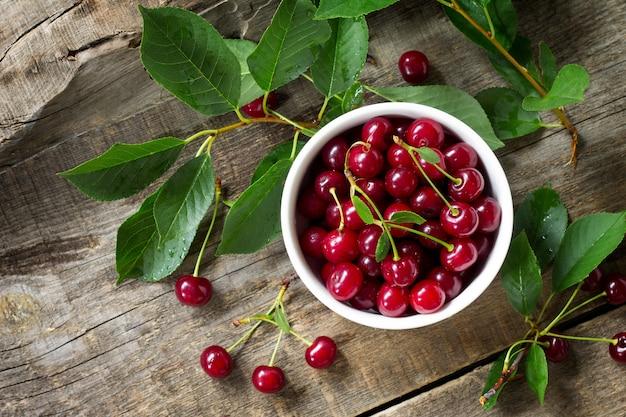 Berry cherry em uma mesa de madeira rústica sobremesa de frutas desintoxicação natural