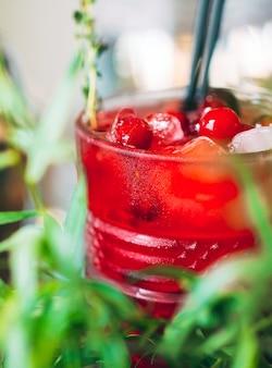 Berry cocktail na bandeja. close-up de um coquetel frio.