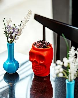 Berry cocktail no copo do crânio