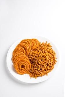 Besan (farinha de gram) sev e chakli, chakali ou murukku.