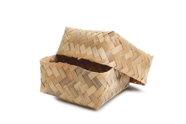 Besek é um local ou recipiente tradicional feito de bambu trançado em forma de retângulo, serve para armazenar alimentos e outros