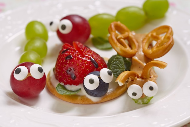 Besouros engraçados de uvas, frutas vermelhas e pretzels