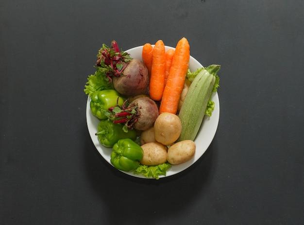 Beterraba, abobrinha, cenoura e pimentão verde com folha de letucce