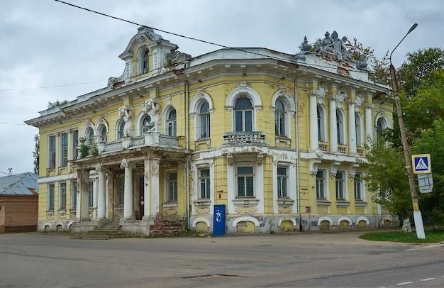 Bezhetsk, cidade da província russa, casas pré-revolucionárias de mercadores em bezhetsk. casa a de nevorotin