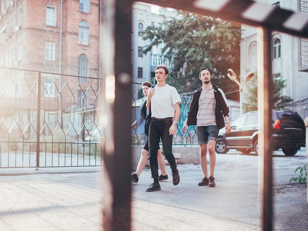 Bffs se divertem caminhando pela cidade. conceito de lazer para jovens adolescentes