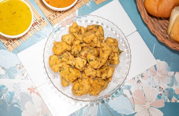 Bhajiya ou pakora é feito com farinha de grama e espinafre, esta é a comida de rua favorita do povo indiano e paquistanês