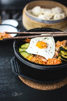 Bibimbap coreano com varas