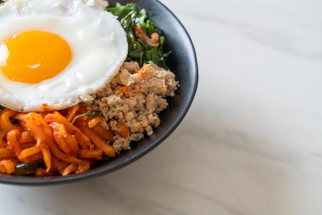 Bibimbap, salada picante coreana com arroz e ovo frito