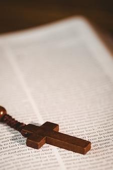 Bíblia aberta com rosário