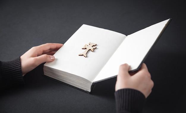 Bíblia de mãos abertas