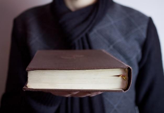 Bíblia disponível homem