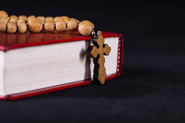 Bíblia e cruz em religioso