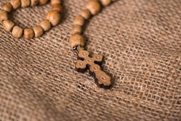 Bíblia e cruz no conceito religioso