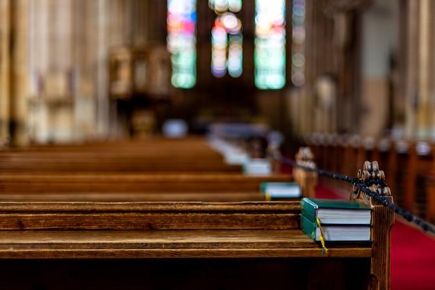 Bíblia em um banco vazio em uma igreja antes de um culto.