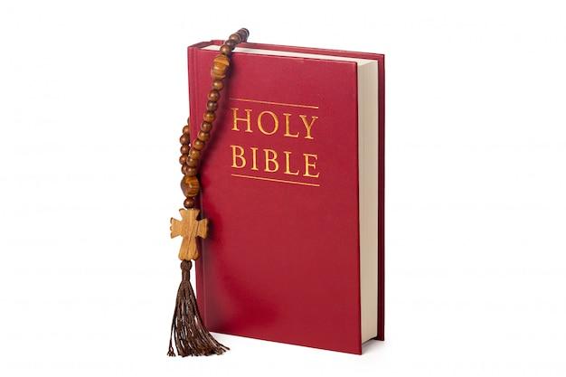 Bíblia. livro sagrado e rosário de madeira.