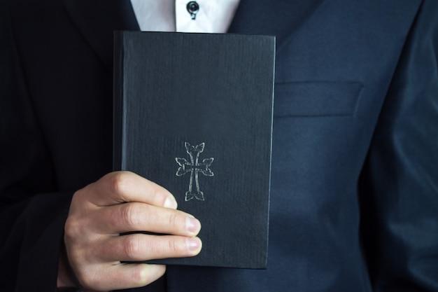 Bíblia na mão do empresário